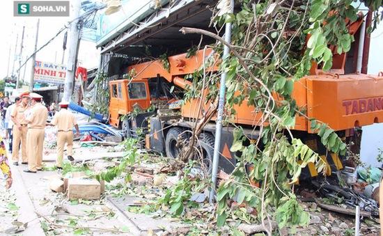Xe cẩu mất lái tông hàng loạt xe máy ở Bình Dương