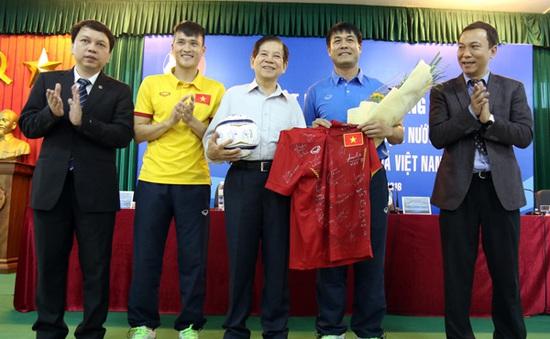 Nguyên Chủ tịch nước Nguyễn Minh Triết thăm và động viên các ĐT Việt Nam