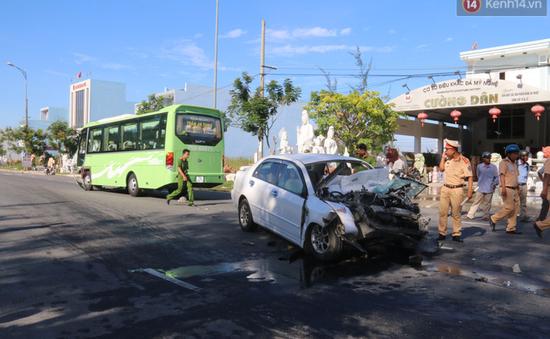 Đà Nẵng: Va chạm xe khách và xe con, 5 người thương vong