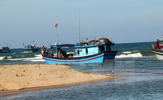 Phú Yên: Bồi lấp cửa biển trầm trọng, hàng trăm tàu cá không thể vươn khơi
