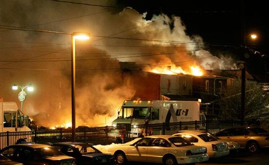 Mỹ: Ô tô đâm vào đường ống dẫn gas, hỏa hoạn bùng phát mạnh