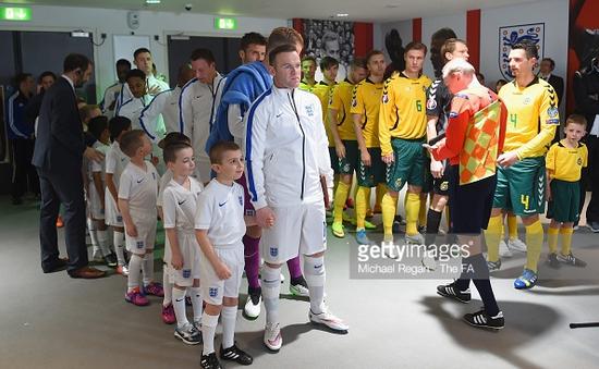 Chuyện về các cô, cậu bé dẫn đội bóng tại Euro 2016