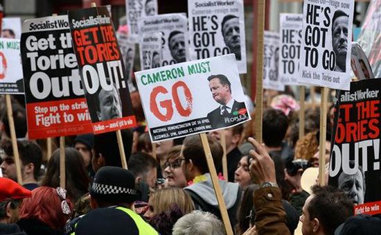 Thủ tướng Anh đứng trước sức ép yêu cầu từ chức