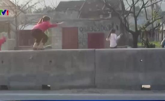 Hà Tĩnh: Hiểm họa TNGT khi người dân trèo qua dải phân cách sang đường