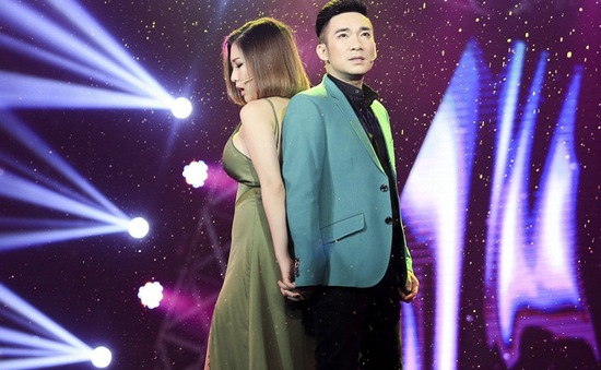 Hương Tràm và Quang Hà tình tứ tay trong tay trên sân khấu