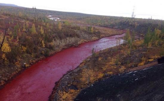Nước sông tại Siberia chuyển màu đỏ như máu