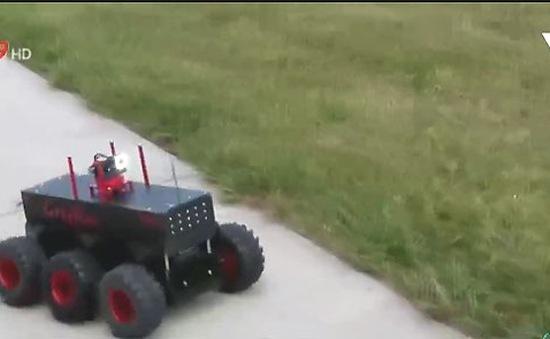 Học sinh chế tạo robot giúp cảnh sát dò bom