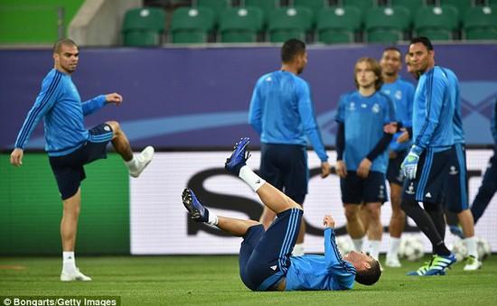 Ronaldo dính chấn thương lúc tập trước trận gặp Wolfsburg