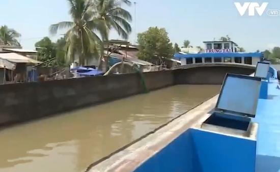 Huy động sà lan chở nước ngọt về TP Rạch Giá