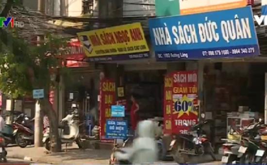 """""""Bát nháo"""" thị trường sách giả, sách lậu tại Hà Nội"""