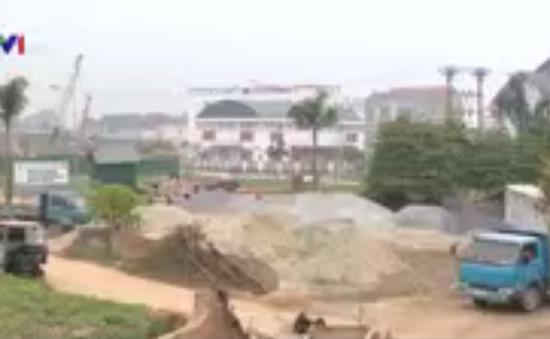 Ngang nhiên đổ bùn san lấp, lấn chiếm ao hồ tại Hà Nội