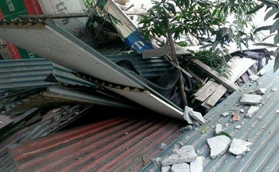 Sập bê tông tại Hà Nội, thủng 3 mái nhà