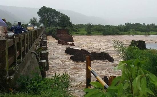 22 người mất tích do sập cầu tại Ấn Độ