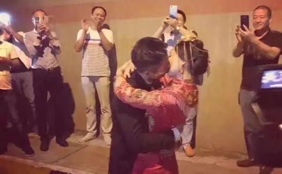 Sợ quá giờ lành, cặp đôi Trung Quốc cưới luôn trong đường hầm
