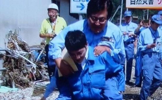 Quan chức Nhật Bản bị chỉ trích vì được cõng khi đi thăm vùng lũ