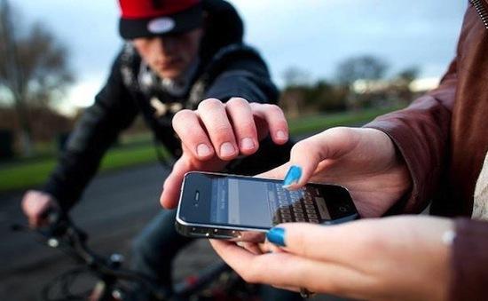 Bắt nhiều đối tượng dàn cảnh cướp điện thoại