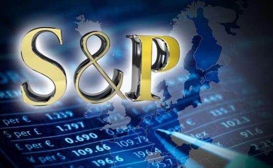 S&P giảm xếp hạng tín nhiệm của EU