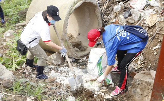 Hưởng ứng Giờ Xanh 2016, thanh niên Hà Đông tích cực khai thông dòng chảy sông Nhuệ