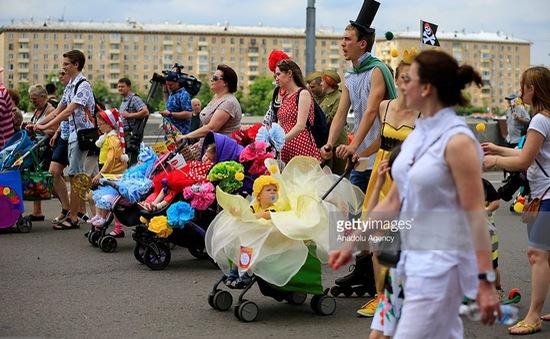 Cuộc diễu hành xe đẩy trẻ em độc nhất vô nhị tại Nga