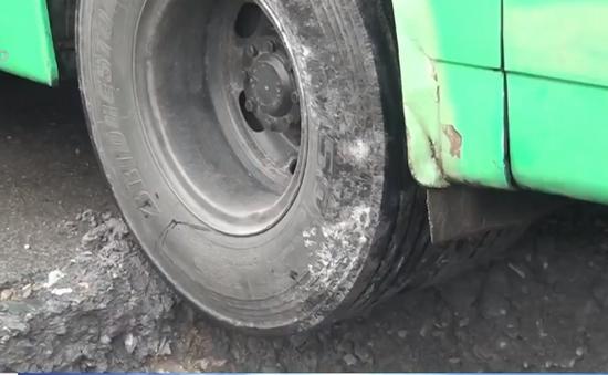 "Xe bus sụp ""hố tử thần"" tại TP.HCM"