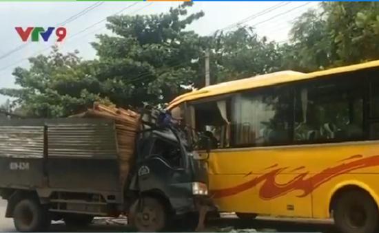 Bình Dương: Tai nạn giao thông giữa 3 ô tô, 5 người thương vong