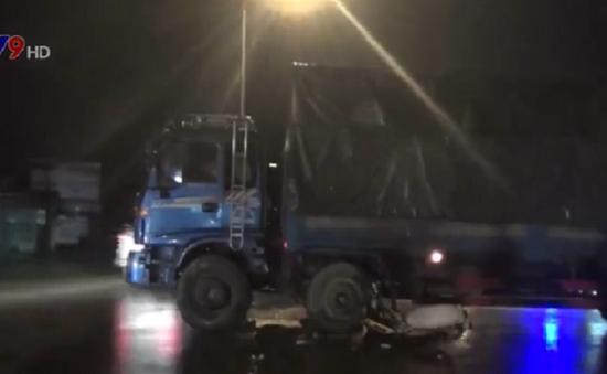 Bình Dương: Xe máy đâm hông xe tải, nam thanh niên bị cán nát chân