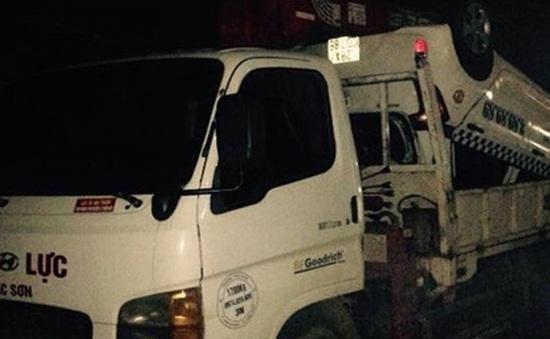 Hòa Bình: Xe taxi mất lái lao xuống suối, 3 người thương vong