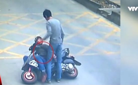 Trung Quốc: Tài xế hạ gục tên trộm điện thoại ngay trên xe
