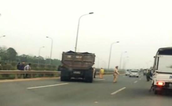 Xe tải đâm trực diện một cảnh sát giao thông