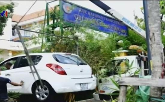 Xe mất lái húc tường rào Hải quan sân bay Tây Sơn Nhất