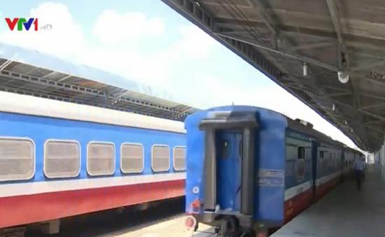 Tàu lửa tuyến ngắn thu hút khách du lịch dịp lễ