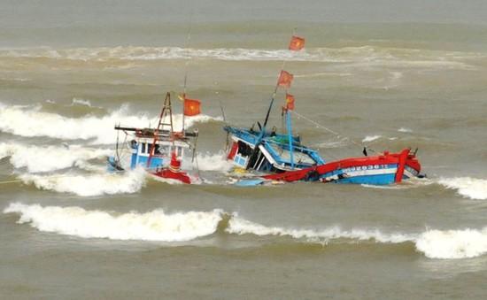 Quảng Ngãi: 2 tàu cá bị sóng đánh chìm, 6 ngư dân được cứu