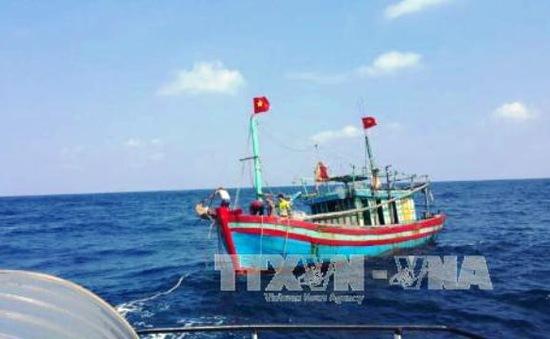 Thanh Hóa: Lai dắt tàu cá TH 90321 TS bị nạn vào bờ an toàn