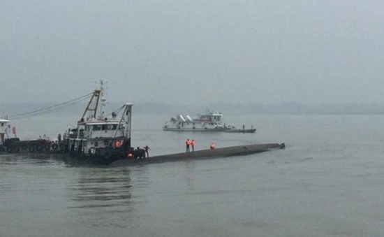 Tàu thủy chở 88 người gặp nạn tại Trung Quốc