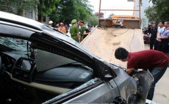 Taxi lao xuống hồ, 4 người trong xe tử vong
