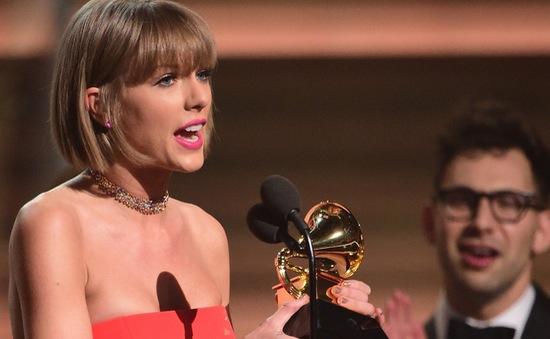 Taylor Swift phản pháo Kayne West trên sân khấu Grammy