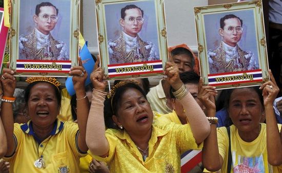 Người dân Thái Lan khóc nghẹn, tiếc thương Nhà vua Bhumibol Adulyadej