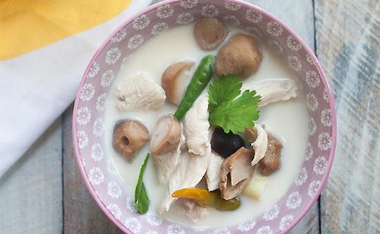 Cách làm canh gà om nước cốt dừa kiểu Thái đậm đà, béo ngậy