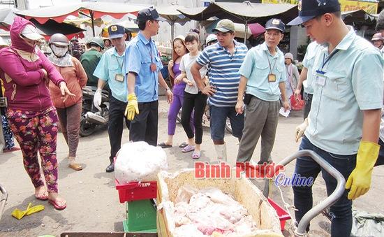 Bình Phước: Phát hiện kho chứa thịt thối giữa chợ Đồng Xoài