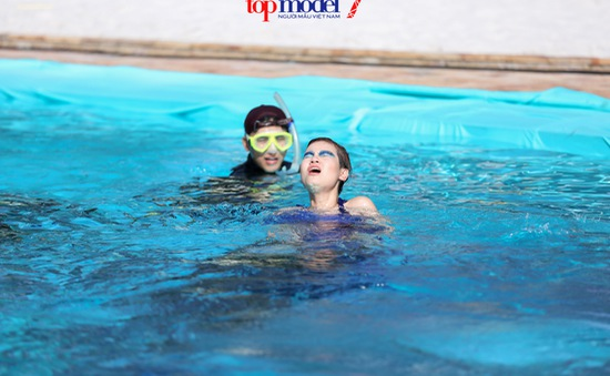 Top 13 Vietnam's Next Top Model ngụp lặn tạo dáng dưới nước