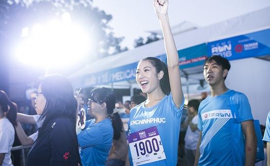 Á hậu Thúy Vân thi chạy cùng Tăng Thanh Hà và Phillip Nguyễn