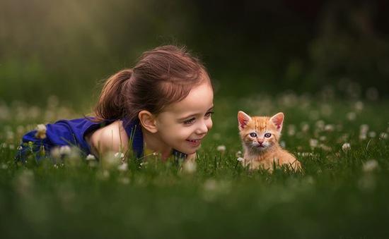 Ngất ngây bộ ảnh siêu dễ thương về bé gái yêu động vật