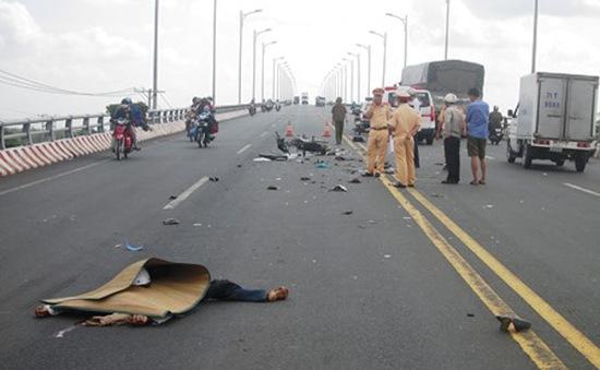 Bến Tre: Xe máy đâm trực diện xe cứu thương, 1 người tử vong