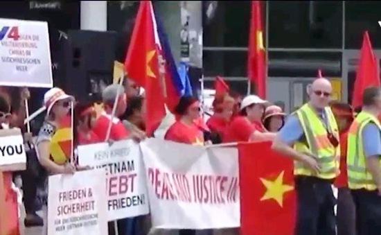 Biểu tình tại Đức yêu cầu Trung Quốc thực thi phán quyết của Tòa Trọng tài