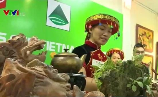 Trổ tài pha chế trà trong cuộc thi Tea Masters Cup Việt Nam 2016