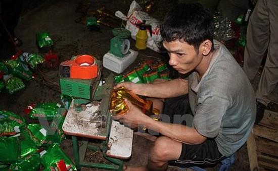Bắt quả tang cơ sở sản xuất trà tẩm ướp hóa chất tại Bình Dương