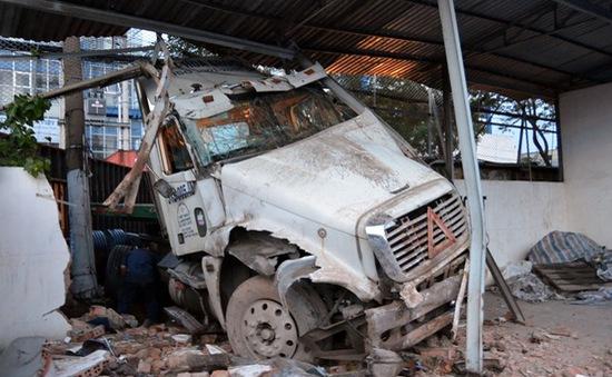 Xe đầu kéo đâm sập tường cảng Nhà Rồng - Khánh Hội