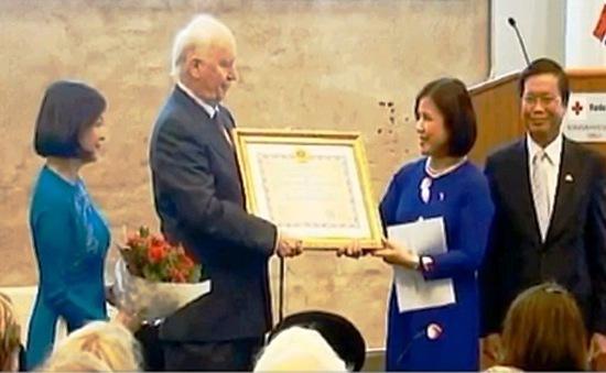 Trao Huân chương Hữu nghị cho cựu Bộ trưởng Bộ Ngoại giao Na Uy