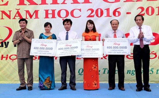 Tổng Liên đoàn Lao động Việt Nam trao quà cho con em ngư dân miền Trung