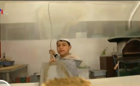 Trẻ em tị nạn đối mặt với gánh nặng mưu sinh